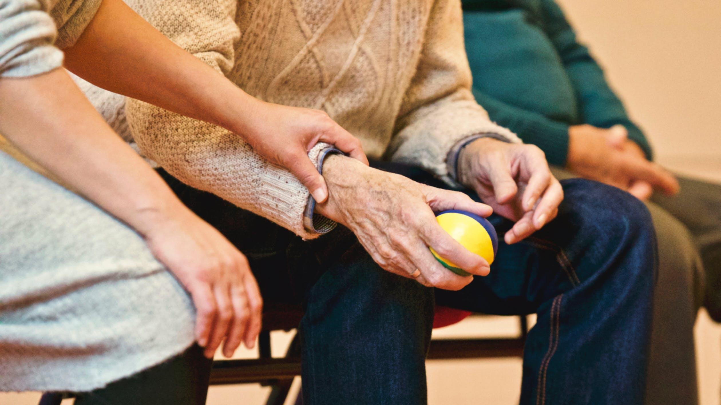 3 maneras en que los sensores IoT pueden mejorar el cuidado de la gente de la tercera edad
